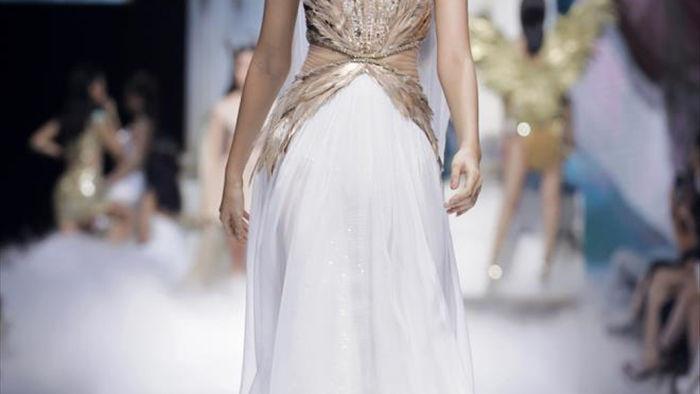 Hoa hậu Đỗ Mỹ Linh diện váy nặng 40 kg trình diễn thời trang - 4