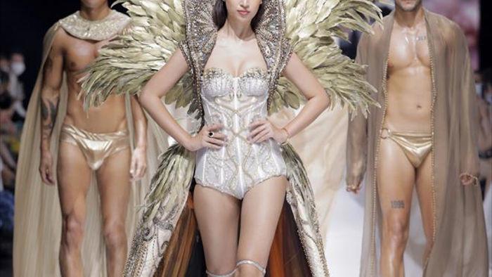 Hoa hậu Đỗ Mỹ Linh diện váy nặng 40 kg trình diễn thời trang - 3