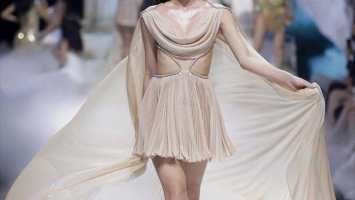 Hoa hậu Đỗ Mỹ Linh diện váy nặng 40 kg trình diễn thời trang - 5