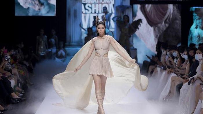 Hoa hậu Đỗ Mỹ Linh diện váy nặng 40 kg trình diễn thời trang - 6