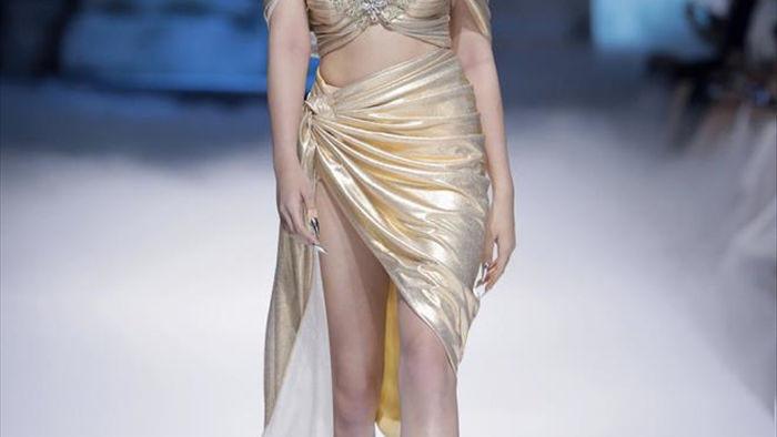 Hoa hậu Đỗ Mỹ Linh diện váy nặng 40 kg trình diễn thời trang - 9