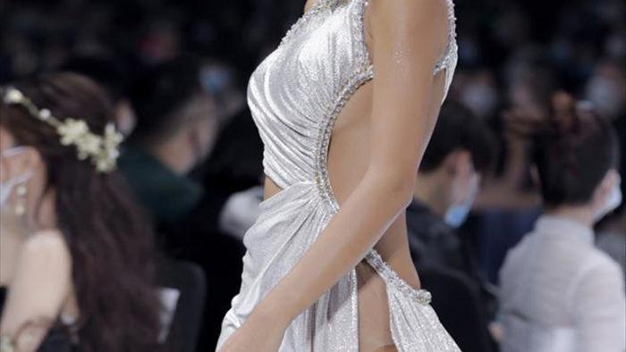 Hoa hậu Đỗ Mỹ Linh diện váy nặng 40 kg trình diễn thời trang - 7