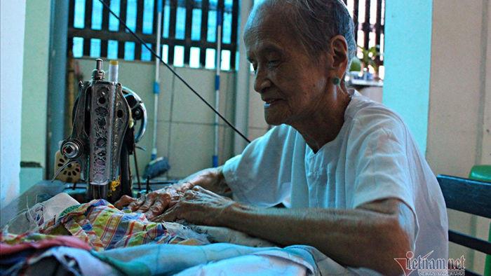 Bà mẹ VNAH 30 năm ngày đêm may quần áo tặng người nghèo