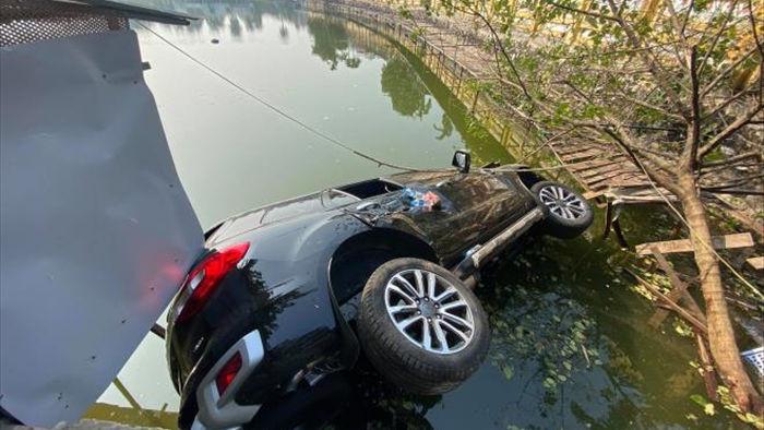 Ô tô chở 4 người lao xuống hồ ở Hà Nội - 1