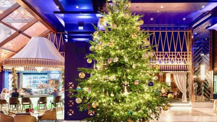Giáng sinh 2020: Mãn nhãn những cây thông Noel bằng vàng xa xỉ  - 1