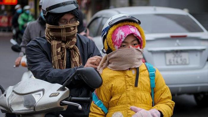 Ảnh: Trời tạnh ráo, người Hà Nội vẫn mặc áo mưa tránh gió rét 12 độ C - 3