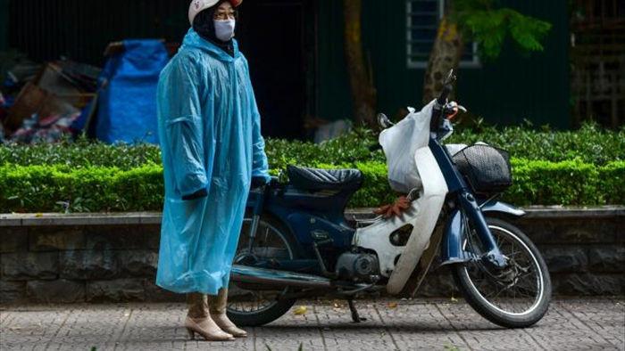 Ảnh: Trời tạnh ráo, người Hà Nội vẫn mặc áo mưa tránh gió rét 12 độ C - 4