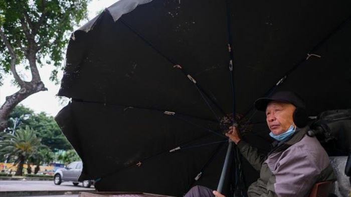 Ảnh: Trời tạnh ráo, người Hà Nội vẫn mặc áo mưa tránh gió rét 12 độ C - 5