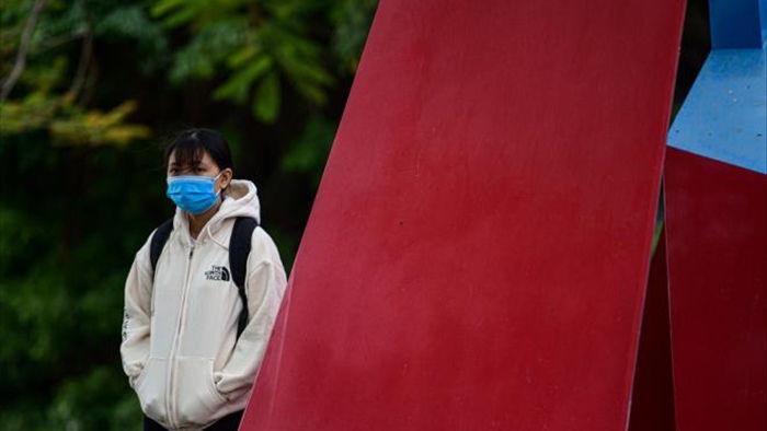Ảnh: Trời tạnh ráo, người Hà Nội vẫn mặc áo mưa tránh gió rét 12 độ C - 6