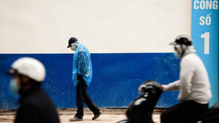 Ảnh: Trời tạnh ráo, người Hà Nội vẫn mặc áo mưa tránh gió rét 12 độ C - 7