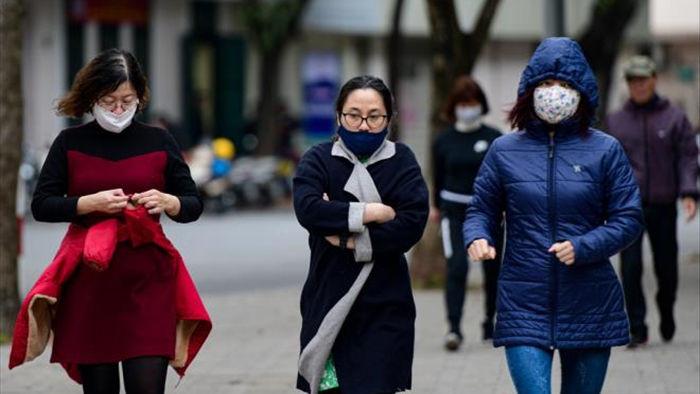 Ảnh: Trời tạnh ráo, người Hà Nội vẫn mặc áo mưa tránh gió rét 12 độ C - 9