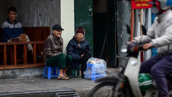 Ảnh: Trời tạnh ráo, người Hà Nội vẫn mặc áo mưa tránh gió rét 12 độ C - 8