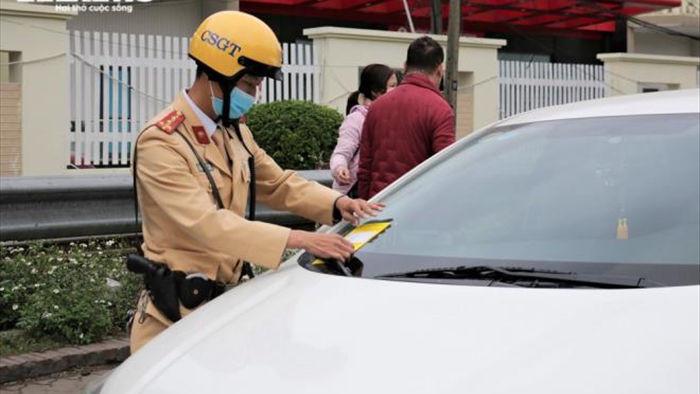 Ảnh: CSGT Hà Nội dán thông báo phạt nguội ô tô đỗ sai quy định, tài xế ngỡ ngàng - 5