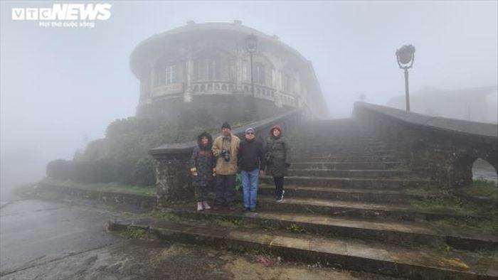 Du khách háo hức lên đỉnh Mẫu Sơn săn băng tuyết - 5