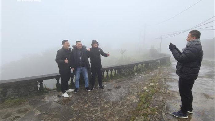 Du khách háo hức lên đỉnh Mẫu Sơn săn băng tuyết - 3