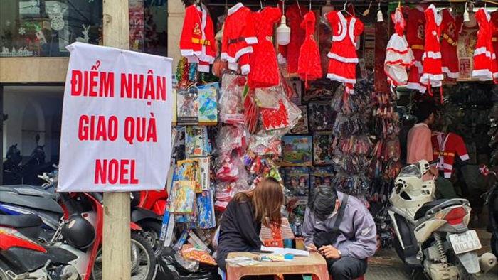Thị trường mùa Giáng sinh: Hàng phong phú, người mua ít - 2