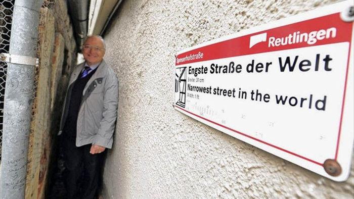Con phố hẹp nhất thế giới khiến người thừa cân đi qua dễ bị mắc kẹt  - 2