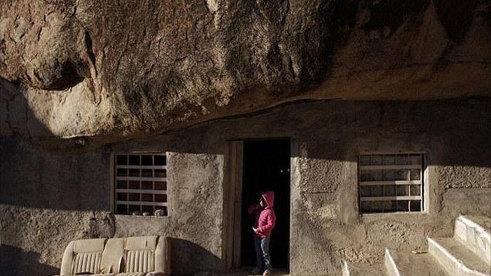 Xây nhà lạ dưới tảng đá 800 tấn, trả hơn 2 tỷ đồng vẫn quyết không bán - 2