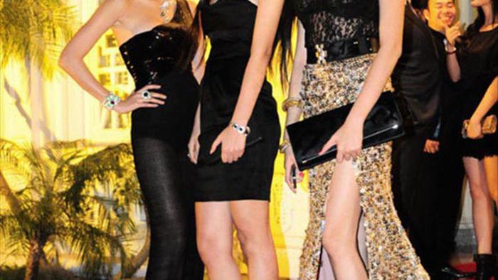 Võ Hoàng Yến gây choáng với bức ảnh đôi chân dài như kiếm Nhật, cười xỉu vì biểu cảm của nữ MC đứng cạnh - Ảnh 4.
