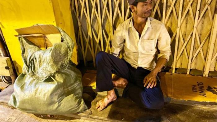 Ảnh: Xót xa cảnh người vô gia cư nằm co ro bên góc phố Sài Gòn giữa đêm trở gió - 7