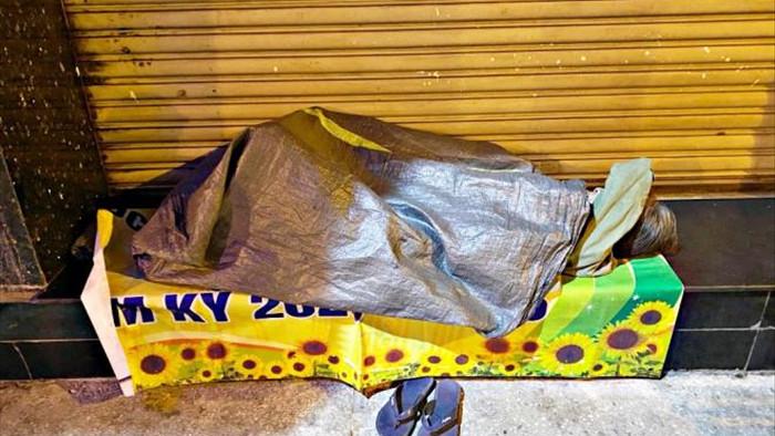 Ảnh: Xót xa cảnh người vô gia cư nằm co ro bên góc phố Sài Gòn giữa đêm trở gió - 3
