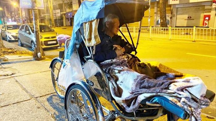 Ảnh: Xót xa cảnh người vô gia cư nằm co ro bên góc phố Sài Gòn giữa đêm trở gió - 9