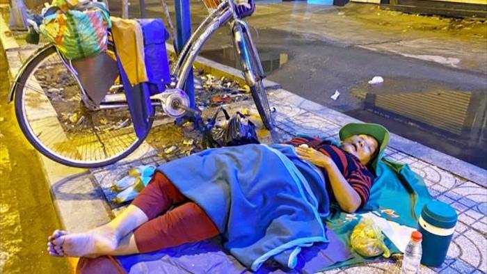 Ảnh: Xót xa cảnh người vô gia cư nằm co ro bên góc phố Sài Gòn giữa đêm trở gió - 6