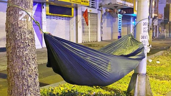 Ảnh: Xót xa cảnh người vô gia cư nằm co ro bên góc phố Sài Gòn giữa đêm trở gió - 5