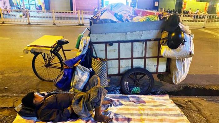 Ảnh: Xót xa cảnh người vô gia cư nằm co ro bên góc phố Sài Gòn giữa đêm trở gió - 2