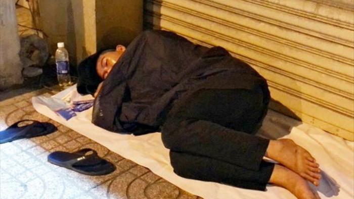 Ảnh: Xót xa cảnh người vô gia cư nằm co ro bên góc phố Sài Gòn giữa đêm trở gió - 1