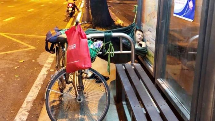 Ảnh: Xót xa cảnh người vô gia cư nằm co ro bên góc phố Sài Gòn giữa đêm trở gió - 4