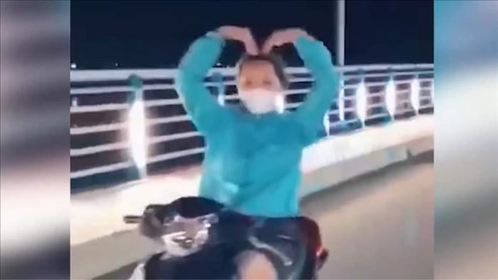 Cô gái chạy xe máy thả hai tay múa quạt bị phạt 7,4 triệu, tước GPLX 3 tháng