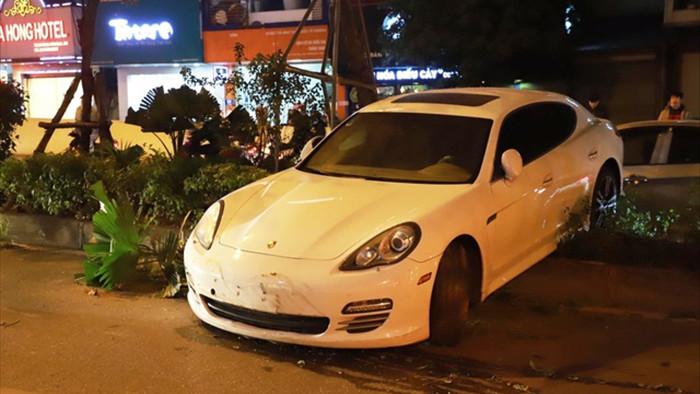 Tài xế đột quỵ, xe Porsche mất lái bay qua dải phân cách - 1