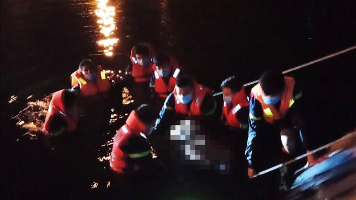 Đi chăn bò, người đàn ông rơi xuống hồ nước thải tử vong