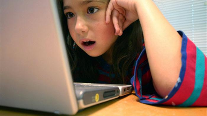 Cha mẹ nên biết cách thiết lập sẵn những chương trình quét, chặn kênh độc hại khi cho con xài Internet. Ảnh: Internet