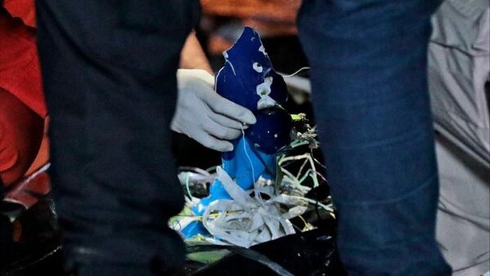 Tìm thấy mảnh thi thể trong vụ rơi máy bay Indonesia