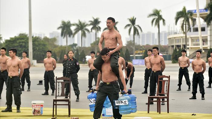 Chiến sĩ 'mình đồng da sắt' phô diễn khí công điêu luyện giữa trời 13 độ