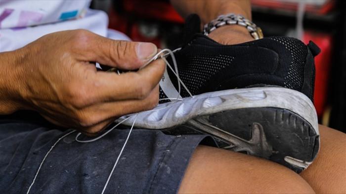 Thợ sửa giày vỉa hè 'tá hỏa' vì tân trang đồ có giá tới... 23.000 USD