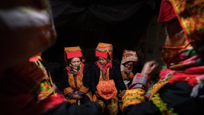 Lễ cưới người Dao: Cô dâu chém hình nhân, thay y phục trước cổng nhà chồng - 12