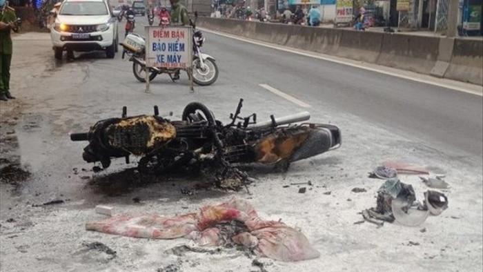 Hai xe máy bốc cháy dữ dội sau va chạm, 2 người bị thương nặng