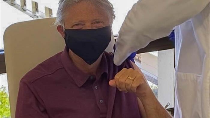 Tỷ phú Bill Gates hào hứng khi được tiêm vắc xin ngừa Covid-19 - 1