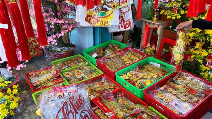 Chủ tiệm kinh doanh đồ trang trí Tết ở TP.HCM thở dài vì bán ế - 7