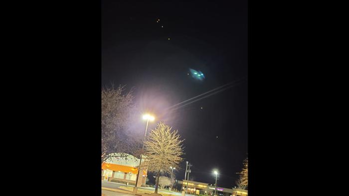 Cụm ánh sáng kì lạ xuất hiện trên bầu trời nước Mỹ - 1