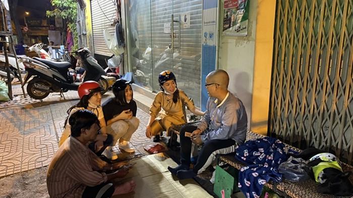 Lương Thuỳ Linh tự gói quà, Tiểu Vy tặng hơn 25 triệu đồng cho người vô gia cư - 2