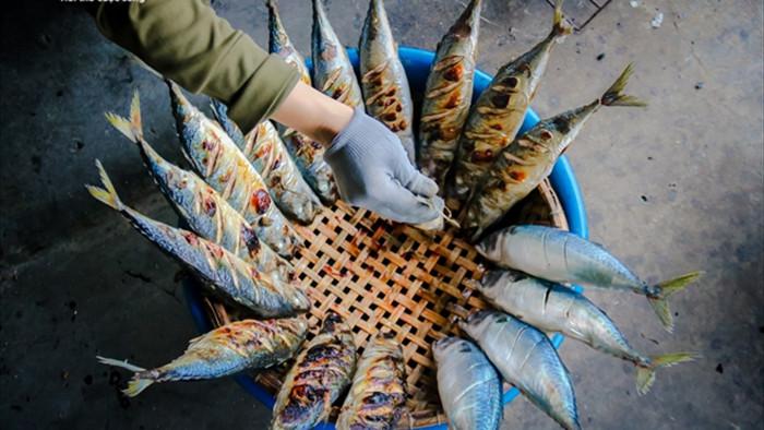 Ảnh: Làng nghề nướng cá nổi tiếng Hà Tĩnh tất bật vào vụ Tết  - 5
