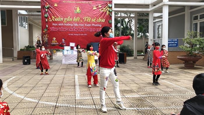 Hà Nội: 28 học sinh và phụ huynh Tiểu học Xuân Phương được về nhà đón Tết - 1
