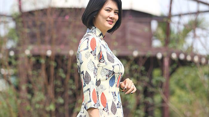 Hoa khôi U40 Kim Huệ thướt tha áo dài đón Tết
