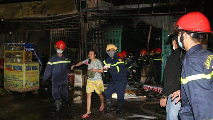Cứu cụ bà 81 tuổi và cháu bé 6 tháng tuổi trong vụ cháy 2 ngôi nhà - 1