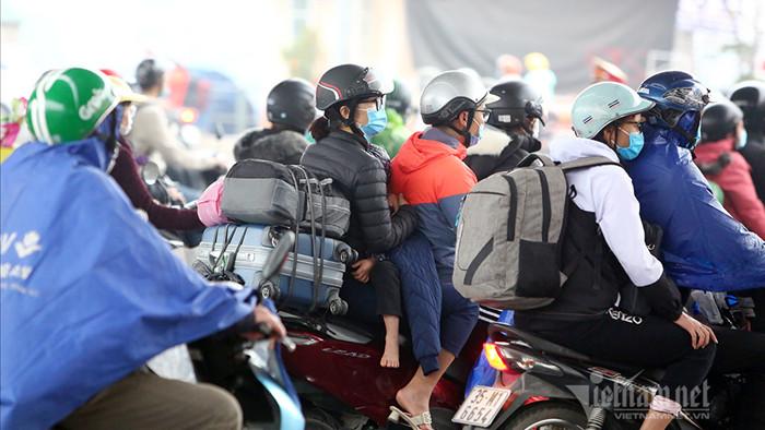 Những em bé sau lưng bố mẹ về lại Thủ đô sau Tết