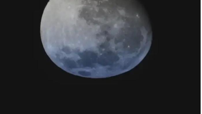 Ngỡ ngàng cảnh Mặt trăng tan chảy trong ảo ảnh hoàng hôn - 1